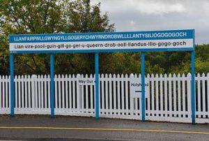 Ortschild der walisischen Stadt Llanfairpwllgwyngyllgogerychwyrndrobwllllantysiliogogogoch