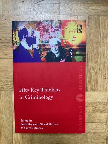 Kriminologie Lehrbuch: Fifty Key Thinkers in Criminology folgt einem ungewöhnlichen Konzept, da es die Menschen, die hinter den Theorien stehen, in den Mittelpunkt rückt.